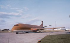 At RAF Kinloss XV246 this is the first version of the hemp paint work, that the Nimrod was famous for. It was known as The Brown Bomber (to some it was called The Flying S***e)1977 Thank you Mr J. Simpson for the picture.