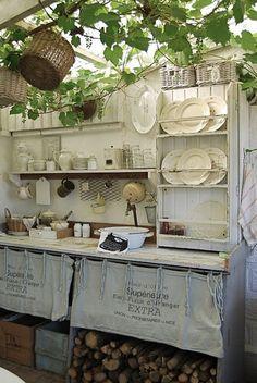 """Country stile outdoor kitchen Het voordeel van een doorzichtig dak is dat er iets kan groeien. Echt een """"tuinkeuken""""."""