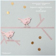 Maak een tak op de muur van maskingtape en schroef er vogelkapstokjes van Kidsware op. Met ronde muurstickertjes kun je de muur nog versieren.