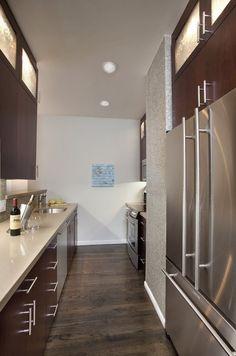 cozinha corredor moderna silestone corian armário madeira aço inox