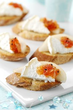 Goat's Log Crostini Easy Starters, Canapes, French Toast, Breakfast, Food, Meal, Sofas, Light Appetizers, Eten