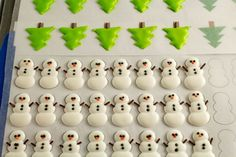 Make stress free Christmas cookies with the help of these cute Christmas royal… Icing Frosting, Cookie Icing, Royal Icing Cookies, Icing Recipe, Noel Christmas, Christmas Treats, Christmas Baking, Xmas, Royal Icing Templates