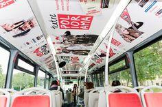 Campaña de Teatro Poliorama en publicidad de interior de autobús con interacción con la aplicación de Realidad Aumentada Holaapp.
