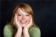 Una mujer sonriente que apuesta por el sentido del humor para no amargarse
