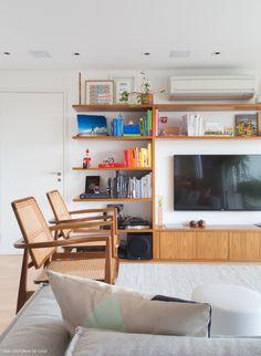 apartamento de estilo escandinavo com estantes de marcenaria e móveis contemporâneos