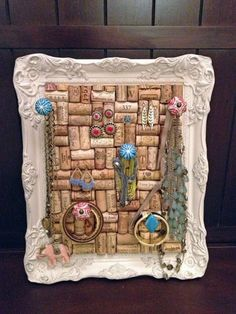 Creative Jewelry organizer Utilizing old coarks and a beautiful frame