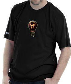 Camiseta estampada com a imagem de uma lâmpada cujo filamento está ligado.