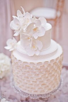 37 Exquisite All-White Wedding Cakes Beautiful Wedding Cakes, Gorgeous Cakes, Pretty Cakes, Amazing Cakes, Wedding Cakes With Cupcakes, White Wedding Cakes, Wedding White, Fondant Cakes, Cupcake Cakes