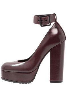1fb9651e105 ¡Consigue este tipo de zapatos de salón de Tata Italia ahora! Haz clic para