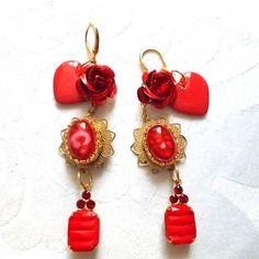 Boucles d'oreilles rouge vermillon dans un ecrin dore