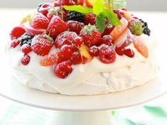 Découvrez cette délicieuse pavlova aux fruits d'été (qui est aussi la couverture de votre magazine Cuisine Actuelle en kiosque) pour vous régaler grâce... Coffee Time, Tea Time, Meringue Pavlova, Small Desserts, Cheesecakes, Macarons, Panna Cotta, Biscuits, Deserts