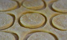 Gogoși fine, moi și aerate... Cea mai reușită rețetă din toate! - Bucatarul Tomato Seeds, Deserts, Cookies, Mai, Drink, Food, Sweets, Crack Crackers, Beverage