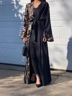 Pakistani Fashion Party Wear, Abaya Fashion, Muslim Fashion, Kimono Fashion, Fashion Outfits, Abaya Open, Chanel Wallpapers, Modern Abaya, Abaya Designs