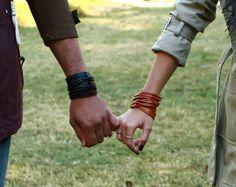 Echt leer Wrap armband. Multi strand echt leder manchet. Gestapeld gesneden leer Bangle Armbanden brede dubbele Wrap armbanden B001A