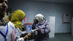 Une femme sèche ses pleurs après la fin du vote à Tripoli