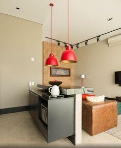 No projeto, os tons neutros deveriam imperar nos revestimentos e aos detalhes seriam reservadas as cores intensas. Na cozinha americana, por exemplo, os armários planejados (Italínea) combinam com a padronagem dos ladrilhos hidráulicos (Dalle Piagge). O vermelho aparece apenas no par de luminárias (Labluz) e em outros poucos itens de decoração