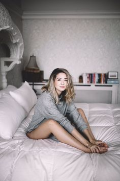 She is a queen Beautiful Person, Beautiful People, Zoella Style, Zoella Hair, Zoella Beauty, Bedroom Photography, Selfies, Zoe Sugg, Sitting Poses