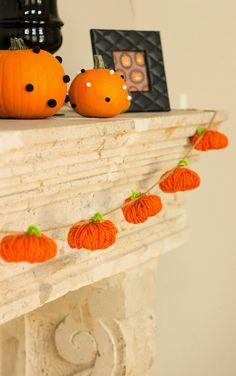 ただオレンジ色の毛糸を丸めただけなのに…かぼちゃができちゃった!たくさん作って紐でつなげたら、あっという間にかぼちゃガーランドが完成!とっても簡単なハロウィンの飾りつけが、雰囲気を演出してくれますよ♪