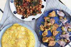 Tapas med stekte kyllingbiter, potetomelett og kikertstuing Tapas, Enchiladas, Tandoori Chicken, Curry, Dinner, Ethnic Recipes, Spinach, Dining, Curries