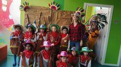 Los vaqueros posando  con sus trajes hechos por ellos en el taller creado por Las Pakitas en el photocall
