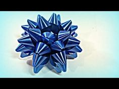 Tutorial - How to make bows for gifts Christmas Projects, Holiday Crafts, How To Make A Gift Bow, Bows For Presents, Diy And Crafts, Paper Crafts, Gift Bows, Origami Instructions, Homemade Christmas Gifts