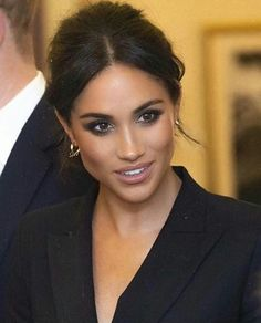 Discover recipes, home ideas, style inspiration and other ideas to try. Estilo Meghan Markle, Meghan Markle Hair, Meghan Markle Outfits, Meghan Markle Style, Megan Markle Makeup, Meghan Markle Natural Hair, Meghan Markle Nose Job, Megan Markle Dress, Glam Makeup
