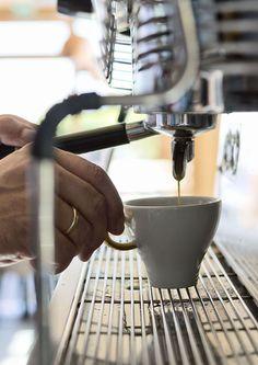 Kaffee-Genuss mit frischen, handgeröstete Arabica Kaffee // Coffee enjoyment with fresh, hand-roasted Arabica coffee Espresso Machine, Kitchen Appliances, Fresh, Kaffee, Espresso Coffee Machine, Diy Kitchen Appliances, Home Appliances, Kitchen Gadgets, Espresso Maker