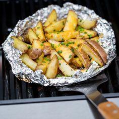 Schluss mit langweiligen Ofenkartoffeln! Probiere diese super leckeren Kartoffel-Käse-Päckchen vom Grill mit einer extra Portion cheeeeesy…