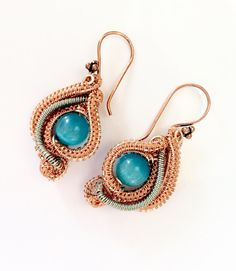 These pretty earrings are made to compliment the Crazy Lace Agate pendant, the stone is the same shade of blue and the rose gold coloured wire weave formed in a similar style to the pendant making a perfectly matched set.    The earrings measurev3cm x 2cm and are finished with lovely large ornate copper ear wires.     This set is perfect for summer holidays invoking feelings if the Caribbean with the bright beach colours .    I post 1st class free of charge to UK in 1-2 days in padded…