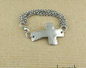 Bracelet à rangs argenté multi-chaînes et grande croix : Bracelet par lounah-bijoux