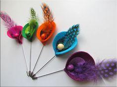 Alfileres de lirios con plumas de colores