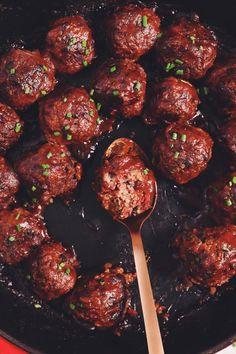 polpette rezept These saucy little vegan cocktail meatballs are super scrumptious with a tangy sweet & sour cranberry sauce! Sloppy Joe, Vegan Appetizers, Appetizer Recipes, Dinner Recipes, Vegan Plate, Cocktail Meatballs, Vegan Meatballs, Gula, Albondigas