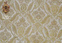 BROCADO. Tela de seda entretejida con oro o plata, de rica apariencia, con hilos de oro o plata que decoran la tela imitando bordado o dibujos briscados.
