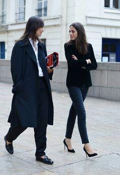 Clasico: jeans, camisa blanca, blazer de pana negro, stilettos.