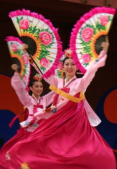 Fan dance performance in Suwon, Korea Let ́s Dance, Shall We Dance, Dance Art, Just Dance, We Are The World, People Of The World, Korean Traditional, Traditional Dresses, Baile Jazz
