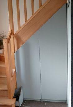 Un très joli placard de rangement sous escalier, avec un petit tiroir en plus pour utiliser au maximum le volume.