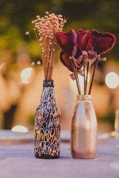 Casamento com decoração composta de arte urbana e artesanato. Elementos de Graffite, corações de feltro e garrafinhas metalizadas. Tudo lindo!