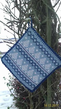 Grytlapp med vintermotiv Double Knitting, Free Knitting, Knitting Patterns, Crochet Patterns, Norwegian Knitting, Knitting Accessories, Drops Design, Knitting Projects, Pot Holders