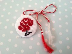 Mărțișor tradițional pe un nasture Cross Stitch Designs, Needlepoint, Diy And Crafts, Crochet Earrings, Projects To Try, Homemade, Traditional, Embroidery, Christmas Ornaments