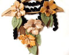Schal mit Filz Blumen freeform häkeln Lariat schwarz Vanille Pfirsich
