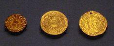 Monedas de oro de los cruzados del reino de Jerusalén. Dinares de estilo europeo expuestos en el Museo Británico de Londres, Inglaterra.