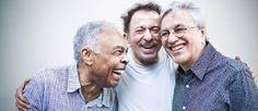 Tom Zé conversa com Gilberto Gil e Caetano Veloso Foto: Mônica Imbuzeiro / Agência O Globo
