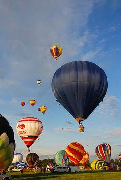 Go on a hot air balloon ride :) Big Balloons, Colourful Balloons, Balloon Rides, Balloon Arch, Air Ballon, Hot Air Balloon, Albuquerque Balloon Festival, Zeppelin, Ufo