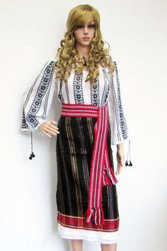 Costum popular lucrat manual. Costum popular format din ie romaneasca tesuta, catrinta, brau Costume, Fancy Dress, Costumes, Costume Dress