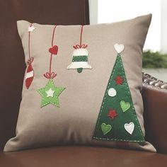 Appliqued Holiday Pillow from Country Door Christmas Cushions, Christmas Pillow Covers, Felt Christmas, Christmas Stockings, Christmas Ornaments, Christmas Sewing Projects, Holiday Crafts, 242, Diy Weihnachten