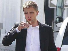Robert Pattinson toma un snack durante un descanso de Map to the Stars ~ ActorsZone