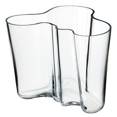 iittala Aalto Clear Vase - For 70 years, the Savoy vase, designed by Finnish architect and furniture designer Alvar Aalto, has been one of the most famous pieces of glass in history. In Aalto anonymously entered his vase d. Alvar Aalto Vase, Vase Vert, Cristal Art, Vase Transparent, Design Vase, Grands Vases, Clear Vases, Large Vases, Vintage Design