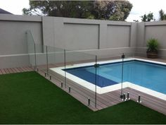 Discover 25 swimming pool fence ideas for your inspiration. A collection of pool fence ideas landscaping: inground pool fence ideas, pool privacy fence ideas, wooden pool fence ideas. Glass Pool Fencing, Pool Fence, Backyard Fences, Fence Garden, Fence Art, Front Yard Fence, Fenced In Yard, Small Fence, Brick Fence