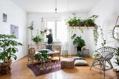 In dit stijlvolle stulpje vind je genoeg planteninspiratie. Van een lampenkap van planten tot een botanische muurdecoratie.