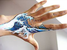 The Great Wave off Kanagawa Hand Painting. Wow, what a great hand painting of this work of art by Hokusai! Tattoos 3d, Neue Tattoos, Body Art Tattoos, Hand Kunst, Tattoo Designs, Posca Art, Back Painting, Painting On Hand, Body Painting Tumblr